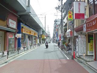 ① 綾瀬駅東口改札を出て右側の商店街を左方向に向かいます。