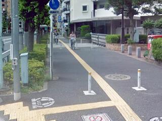 ③ 右折した歩道を直進して下さい。